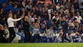 Manajer Chelsea Maurizio Sarri dan pelatih Burnley Sean Dyche pun sempat beradu argumen di tengah pertandingan. (Reuters/Andrew Boyers)