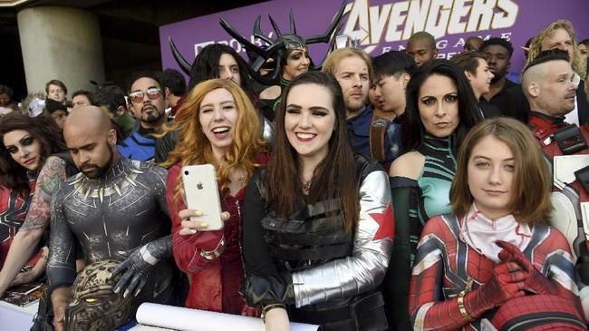 Para penggemar sudah berkumpul sebelum acara dimulai di Los Angeles Convention Center, Senin (22/4) waktu setempat. (Chris Pizzello/Invision/AP)
