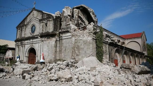 Delapan orang meninggal akibat bencana alam itu. Sementara puluhan orang diperkirakan masih terperangkap di puing-puing bangunan komersial yang runtuh. (REUTERS/Eloisa Lopez)