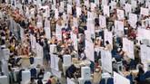 Sejumlah Kelompok Penyelenggara Pemungutan Suara Luar Negeri (KPPSLN) melakukan penghitungan suara Pemilu 2019, di Dewan Tun Razak 1 dan 2, Kuala Lumpur, Malaysia, Rabu (17/4/19). Kurang lebih 3.000 petugas di 171 TPS dan 159 KSK melakukan penghitungan untuk pemilih yang masuk dalam DPT PPL Kuala Lumpur. (ANTARA FOTO/Rafiuddin Abdul Rahman)