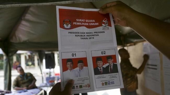 Petugas KPPS melakukan penghitungan suara Pilpres di TPS 223 Panti Sosial Bina Laras Harapan Sentosa 1 Cengkareng, Jakarta Barat, DKI Jakarta, Rabu (17/4). Berdasarkan data KPU per Senin (22/4) sore, tercatat 91 petugas KPPS meninggal dan 374 menderita sakit terkait tugasnya. (ANTARA FOTO/Nova Wahyudi)