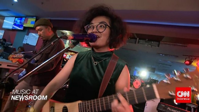 Music at Newsroom: Dhira Bongs - 'Make Me Fall in Love'