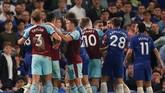 Keributan antarpemain Chelsea dan Burnley dikabarkan berlanjut hingga lorong ganti pemain. Hasil imbang ini menjadi kerugian bagi Chelsea yang tengah berjuang mengamankan posisi empat besar Liga Primer Inggris. (Reuters/Andrew Boyers)