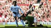Manchester City menang 2-1 atas Manchester United di Old Trafford pada musim 2007/2008 lewat dua gol Darius Vassell dan Benjani Mwaruari (kiri). Kemenangan itu merupakan yang pertama bagi Man City di Old Trafford sejak 1974. (Photo by PAUL ELLIS / AFP)