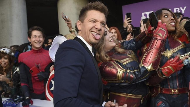 Meski tak ada fan yang berkostum Hawkeye atau Ronin, Jeremy Renner tak sedih. Ia cukup gembira dikelilingi fan perempuan yang berteriak meminta foto bersamanya.(PChris Pizzello/Invision/AP)