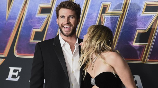 Mendukung sang kakak bermain sebagai Thor, Liam Hemsworth pun datang di acara karpet merah 'Avengers: Endgame'. Tak lupa, ia menggandeng istrinya yang ekspresif, Miley Cyrus. (Jordan Strauss/Invision/AP)