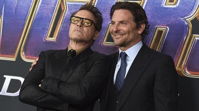 Robert Downey Jr masih bersikap tengil selayaknya Tony Stark. Sedangkan Bradley Cooper yang berperan sebagai Rocket ikut menemani. (Jordan Strauss/Invision/AP)