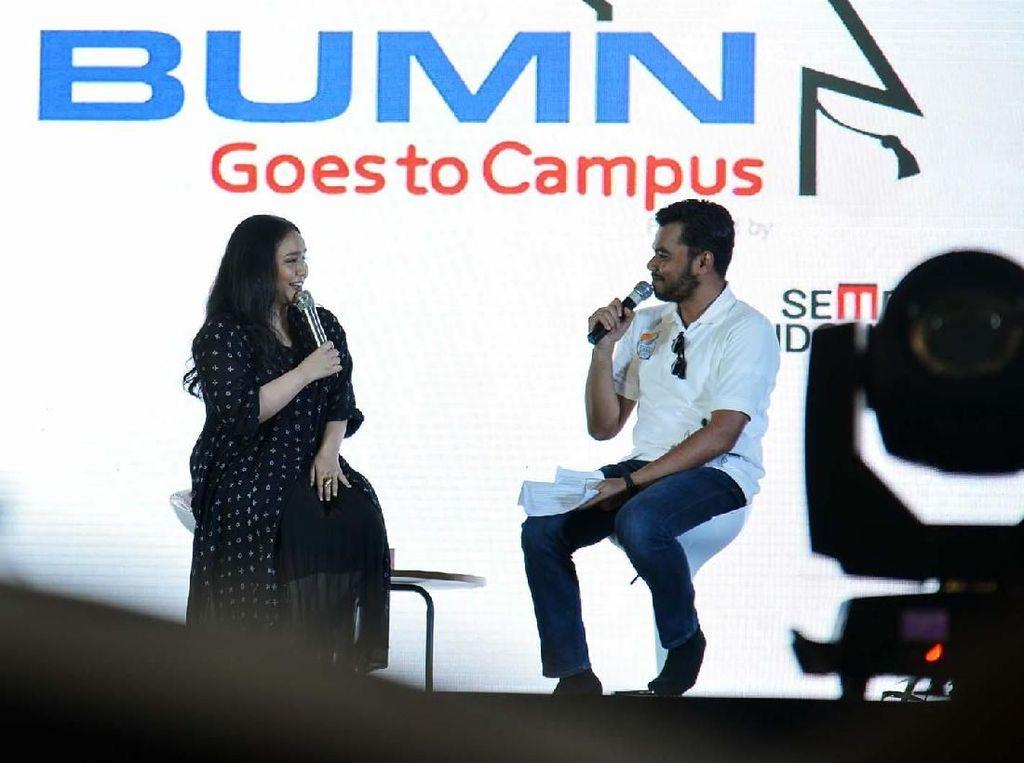 Gita Gutawa berbagi pengalaman dengan mahasiswa dalam acara BUMN Goes To Campus Padang. Pool/Semen Indonesia.