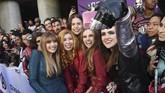 Elizabeth Olsen yang berperan sebagai Scarlet Witch ikut berfoto bersama fan yang heboh menanti para bintang 'Avengers: Endgame'. (PChris Pizzello/Invision/AP)