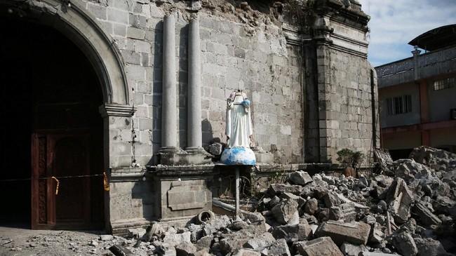 Gempa berkekuatan magnitudo 6,1 mengguncang pulau Luzon, Filipina, pada Senin (23/3). (REUTERS/Eloisa Lopez)