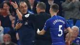 Jelang laga usai, manajer Chelsea, Maurizio Sarri, diusir wasit Kevin Friend karena melakukan protes keras terhadap pemain Burnley yang dianggap sengaja mengulur waktu. (REUTERS/Eddie Keogh)