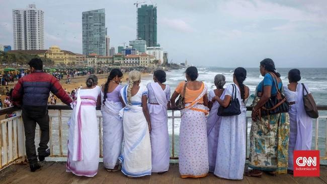 Sore hari waktu yang tepat mengunjungi Pantai Galle Face yang berada di kota Kolombo, Sri Lanka. Pantai di tengah kota ini merupakan pantai publik yang bisa dikunjungi gratis. Pengunjung bisa menikmati jajanan lokaldari lapak PKL yang ramaimenjelang senja. (CNNIndonesia/Safir Makki)