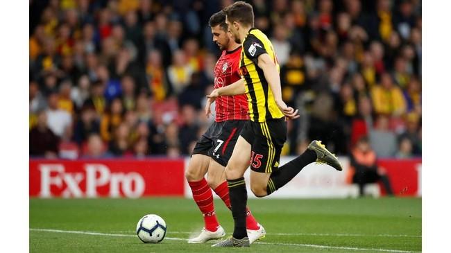 Laga dimulai dengan Roberto Pereyra melakukan kickoff untuk Watford dan bola diberikan kepada bek tengah Craig Cathcart pada laga di Vicarage Road, Selasa (23/4) malam waktu setempat. (Reuters/Andrew Boyers)