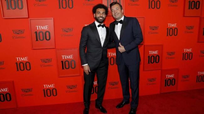 Mohamed Salah berpose dengan Jimmy Fallon. Sejumlah atlet lain yang masuk daftar adalah Tiger Woods, LeBron James, dan Caster Semenya. (REUTERS/Andrew Kelly)