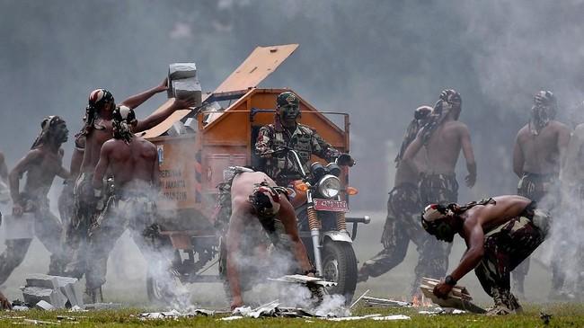 Prajurit Kopassus TNI AD membersihkan sisa peralatan seusai unjuk kebolehan dalam peringatan HUT Ke-67 Kopassus di Mako Kopassus, Cijantung, Jakarta Timur, 24 April 2019. (ANTARA FOTO/Sigid Kurniawan)