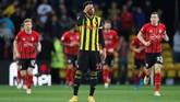 Pemain Watford Etienne Capoue seakan tidak percaya Shane Long mencetak gol saat laga baru berjalan 7,69 detik. Watford kemudian menyamakan kedudukan 1-1 lewat gol Andre Gray menit ke-90. (REUTERS/David Klein)