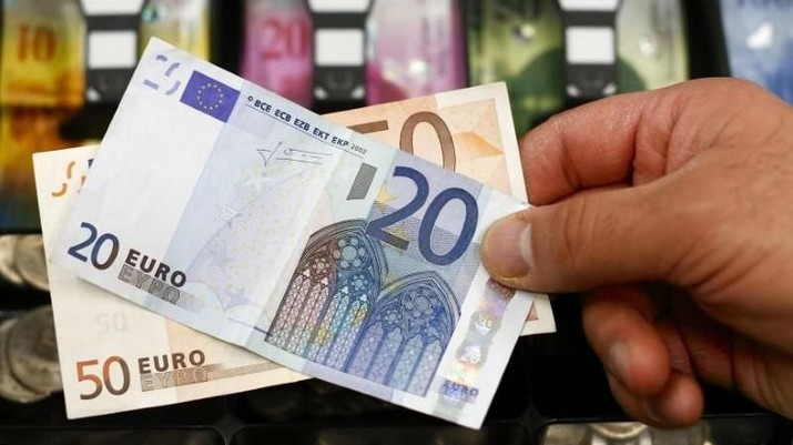 A 20 and 50 Euro bank note are seen in front of a cash drawer with Swiss francs in Bern January 16, 2015. REUTERS/Thomas Hodel