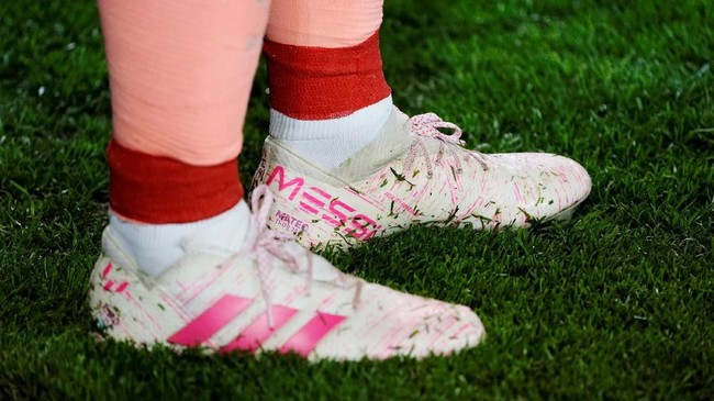 Lionel Messi menggunakan sepatu bercorak warna merah jambu ketika berhadapan dengan Alaves. Messi juga mengenakan sepatu yang sama ketika melawan Manchester United di ajang perempat final Liga Champions. (REUTERS/Vincent West)