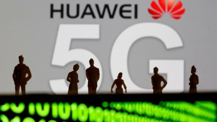 FILE PHOTO: Small toy figures are seen in front of a displayed Huawei and 5G network logo in this illustration picture, March 30, 2019. REUTERS/Dado Ruvic/Illustration/File Photo