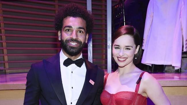 Mohamed Salah juga foto bersama dengan aktris Emilia Clarke yang terkenal memainkan tokoh Daenerys Targaryen dalam film seri Game of Thrones. (Dimitrios Kambouris/Getty Images for TIME/AFP)