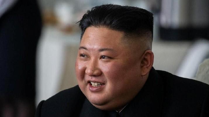 Pemimpin Korea Utara Kim Jong Un bereaksi selama pertemuan dengan para pejabat Rusia pada saat kedatangannya di sebuah stasiun kereta api di pemukiman timur jauh Khasan, Rusia 24 April 2019. (Layanan Pers Administrasi Primorsky Krai / Alexander Safronov / Handout via REUTERS)