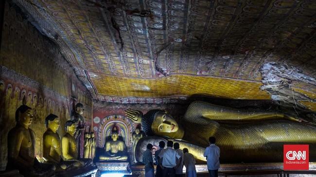 Bukit batu yang berada di Dambula, kota kecil yang berjarak 148 kilometer dari Kolombo. Di sini terdapat gua dengan kuil kuno berisi mural dan patung Buddha. Golden Temple ini merupakan bagian dari situs warisan UNESCO. (CNNIndonesia/Safir Makk)