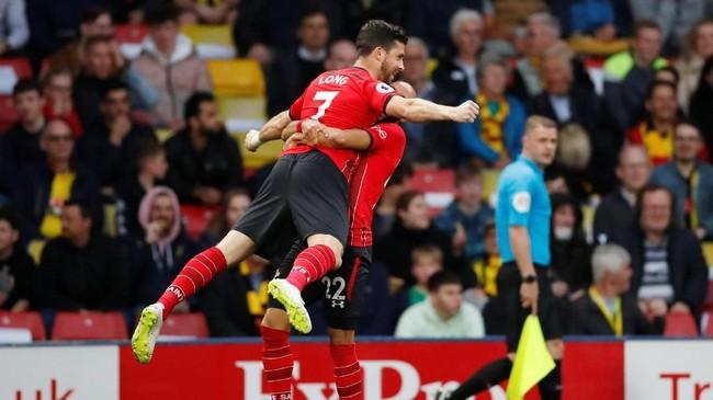 Shane Long merayakan gol bersama Nathan Redmond. Sayang gol cepat Long tidak mampu membawa Southampton menang atas Watford. (Reuters/Andrew Boyers)