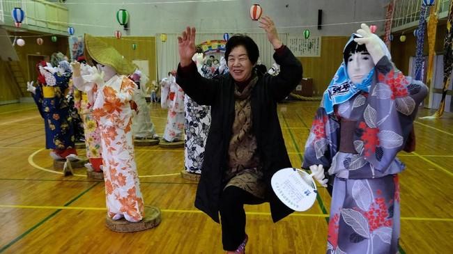 Setelah Perang Dunia II, ketika kehutanan dan pertanian merupakan pendorong ekonomi utama, banyak orang Jepang tinggal di desa-desa seperti Nagoro. Tetapi pada tahun 1960-an, anak-anak muda dari desa mulai hijrah ke kota besar seperti Tokyo.