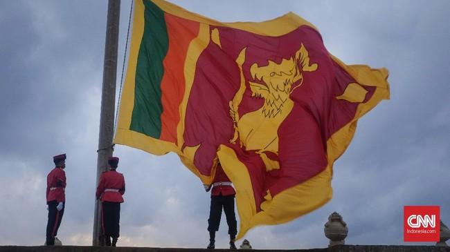 Penurunan bendera kebangsaan oleh pasukan khusus menjadi tontonan yang ditunggu bagi pengunjung lokal maupun asing saat sore di Pantai Galle Face, Kolombo. (CNNIndonesia/Safir Makki)