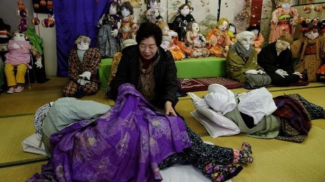 Tsukimi Ayano sedangmembuat boneka.Tangannya yang terampil hanya perlu waktu tiga hari untuk membuat boneka berukuran dewasa yang sekarang tersebar di seluruh desa.