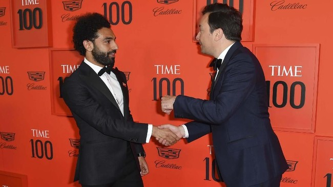 Mohamed Salah bertemu sejumlah nama tenar pada acara yang berlangsung di Lincoln Center, salah satunya pembaca acara talkshow Jimmy Fallon. (ANGELA WEISS / AFP)