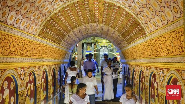 Kuil Gigi Budha (Temple of the Tooth) merupakan tempat ibadah sekaligusobjek wisata di kota Kandy. Kuil yang berusia 300 tahun ini dihiasi dengan ornamen yang memukau. Untuk masuk ke kuil ini pengunjung diwajibkan membayar Rp100 ribu per orang. (CNNIndonesia/Safir Makki)
