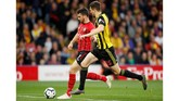 Craig Cathcart kemudian berusaha melakukan umpan lambung ke sisi kiri pertahanan Southampton. Namun, bola berhasil diblok Shane Long. (Reuters/Andrew Boyers)