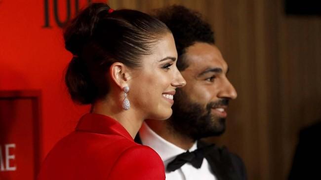 Pesepakbola lainnya yang masuk daftar adalah penyerang timnas Amerika Serikat wanita Alex Morgan yang tidak melewatkan kesempatan foto bersama Mohamed Salah. (REUTERS/Andrew Kelly)