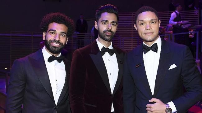 Mohamed Salah berpose bersama Hasan Minhaj dan pembawa acara talkshow asal Afrika Selatan Trevor Noah. (Dimitrios Kambouris/Getty Images for TIME/AFP)