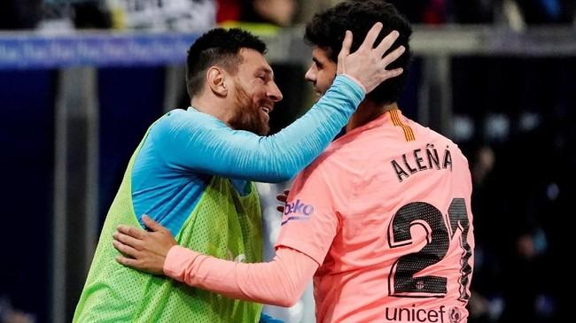 Carles Alena merayakan gol bersama Lionel Messi yang masih berada di bangku cadangan. (REUTERS/Vincent West)