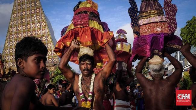 Ritual umat Hindu di kuil Nallur Kandaswamy, Jaffna, kota paling ujung utara Sri Lanka. Datanglah pada bulan Juli-Agustus untuk menikmati keramaian festival ini. (CNNIndonesia/Safir Makki)