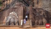 Sigiriya Rock (Batu Singa) adalah benteng dan istana batu kuno yang terletak di Distrik Matale, Sri Lanka.Sigiriya Rock dikelilingi oleh sisa kebun, waduk, dan reruntuhan bangunan lainnya. Sigiriya juga terkenal akan lukisan kunonya. (CNNIndonesia/Safir Makki)