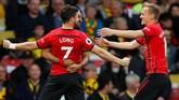 Shane Long merayakan gol bersama Nathan Redmond dan James Ward-Prowse. Setelah Ledley King ada gol Alan Shearer ke gawang Manchester City saat 10,52 detik dan gol 10,54 detik Christian Eriksen ke gawang Manchester United musim lalu. (Reuters/Andrew Boyers)