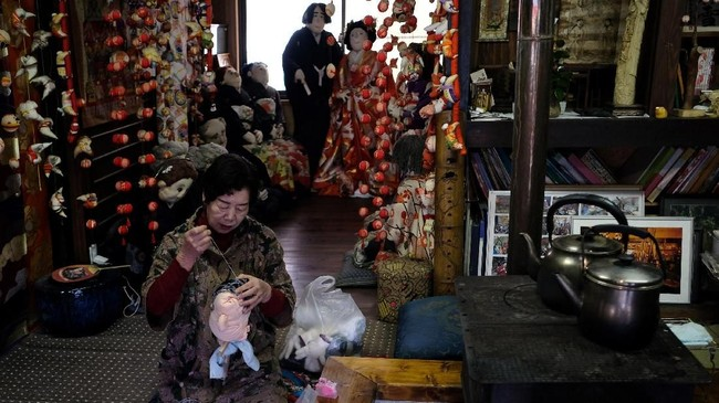 RumahTsukimi Ayano yang dipenuhi boneka buatannya. Ayano menciptakan boneka dari tongkat kayu, koran untuk mengisi tubuh, kain elastis untuk kulit dan wol rajut untuk rambut.