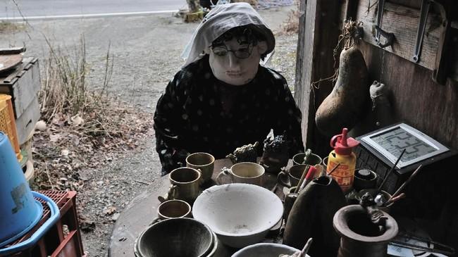 Ayano kecil ingat bahwa Nagoro pernah menjadi pemukiman yang menyenangkan dengan sekitar 300 warga yang sebagian besar bekerja di industri kehutanan dan pembangunan bendungan.