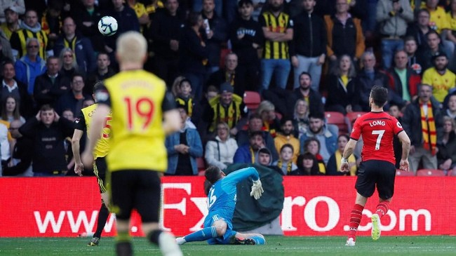 Setelah melewati Craig Cathcart, Shane Long dengan tenang menaklukkan kiper Watford Ben Foster dengan mencungkil bola. (REUTERS/David Klein)