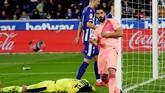 Luis Suarez menggandakan keunggulan Barcelona melalui titik putih pada menit ke-60. (REUTERS/Vincent West)