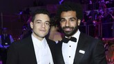 Mohamed Salah juga berpose dengan Rami Malek yang kariernya meroket usai memainkan tokoh Freddie Mercury dalam film Bohemian Rhapsody. (Dimitrios Kambouris/Getty Images for TIME/AFP)
