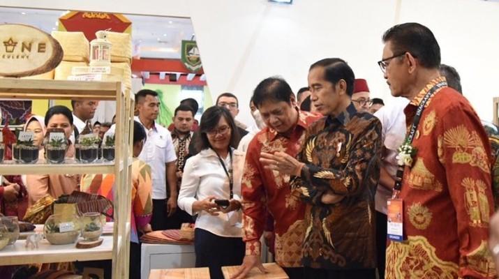 Jokowi menegaskan bahwa peluang bagi industri kerajinan tangan air memiliki potensi yang besar, dan bisa ditingkatkan kembali.