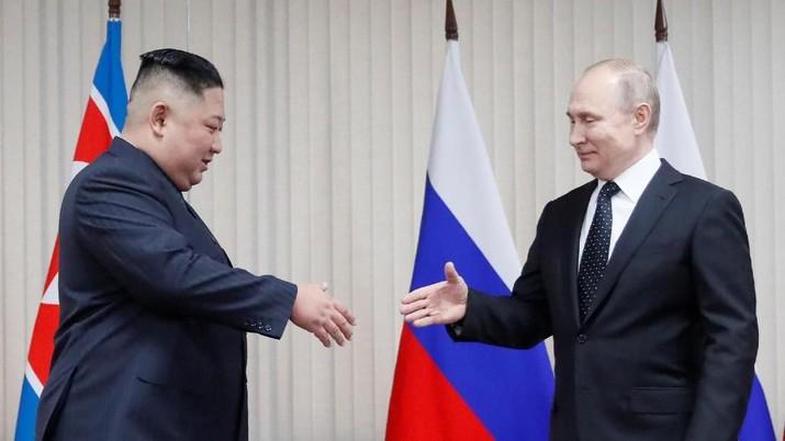 Senyum Hangat Putin di Pertemuan Pertama dengan Kim Jong Un