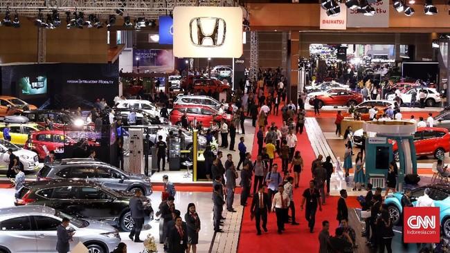 Suasana gelaran Indonesia International Motor Show (IIMS) 2019 yang berlangsung di Jiexpo Kemayoran, Jakarta, 25 April-5 Mei 2019. Gelaran ini menghadirkan produsen kendaraan roda empat dan dua serta asesori lainnya. (CNN Indonesia/Hesti Rika)