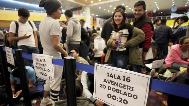 Para penggemar pun setia menunggu giliran untuk bisa menonton 'Avengers: Endgame' meski hingga tengah malam yang dingin. (REUTERS/David Mercado)