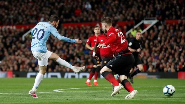Bernardo Silva memecah kebuntuan Manchester City di Old Trafford. Sepakan kaki kiri pemain Portugal itu membuat bola masuk ke sisi kiri gawang Manchester United. Skor berubah menjadi 1-0 pada menit ke-54. (Action Images via Reuters/Carl Recine)