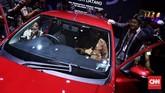 Menperin Airlangga Hartarto menyempatkan diri untuk merasakan salah satu mobil display di IIMS 2019. (CNN Indonesia/Hesti Rika)